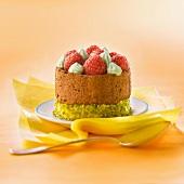 Pistazientörtchen mit Mousse au Chocolat, Himbeeren und Pistaziensahne