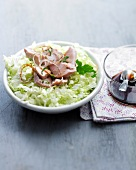 Flaked tuna with lettuce and soya sauce