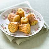 Krabben-Cannelés (Minikuchen) mit Schnittlauch