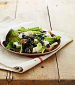 Salat mit Tomme-Frischkäse, Heidelbeeren, Croutons und Basilikum
