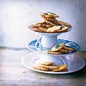 Zitronenbutterplätzchen und Mohnbutterplätzchen auf Kuchenetagere