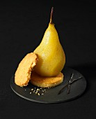 Vanilla-flavored poached pear with shortbread cookies