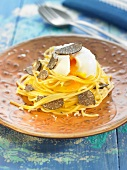 Spaghettis with a soft-boiled egg and thinly sliced truffles