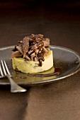 Parmentier d'ageneau (Schichtauflauf aus Kartoffelbrei und Lammfleisch, Frankreich) mit Schokoladesauce