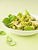 Fusilli mit Pesto und Käse
