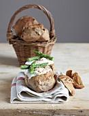 Brötchen mit weichgekochtem Ei und Spargel