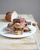 Rump steak with shallots on sliced bread