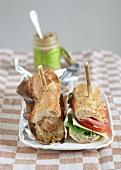 Zwei Sanwiches: kalt und warm