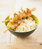 Scallop and citronella brochettes with white rice and chili pepper