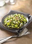 Salat mit rohen Spargelscheiben, Feta und Kräuterpesto