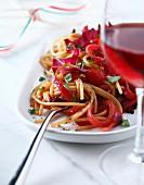 Spaghetti mit rotem Chicoree und roten Zwiebeln