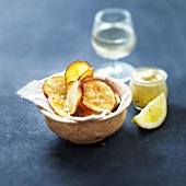Potato crisps with lemon-flavored mustard