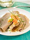 Buchweizenpfannkuchen mit Algen und geräuchertem Lachs