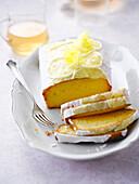 Zitronenkuchen mit weisser Zuckerglasur
