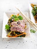 Tataki vom Kalb mit sautiertem Gemüse und schwarzem Sesam