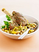 Knuckle of lamb with beans and onions