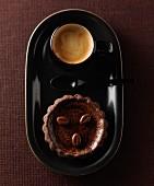 Schoko-Kaffee-Törtchen und eine Tasse Espresso