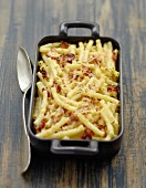 Macaronis, streaky bacon and gouda cheese-topped dish