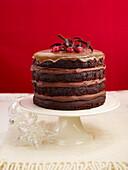 Vierstöckiges Schokoladenküchlein mit Himbeeren