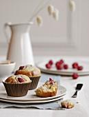Muffins mit weisser Schokolade und Himbeeren
