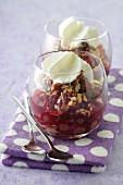 Cranberrykompott mit gehackten Nüssen und Kokosmousse