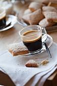 Espresso im Glas mit Canistrelli (Gebäck aus Korsika)