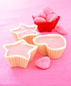 Mousse aus Schaum-Erdbeeren in Förmchen aus weisser Schokolade