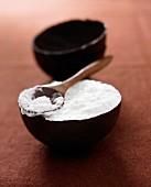 Kokosmousse im Schälchen aus dunkler Schokolade
