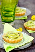 Vanilla tartlets with kiwi