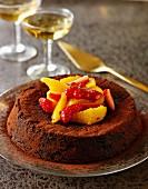 Schokoladenkuchen mit frischen Früchten