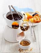 Schokoladenfondue mit Trockenfrüchten und Krokant