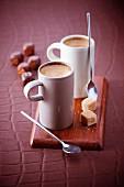 Zwei Tassen Espresso mit Würfeln