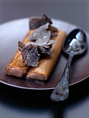 Cremige Schokoladenröllchen mit Teearomen und Trüffelstreifen