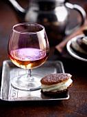 Kekssandwich mit weisser Schokoladenmousse und Glas Calavados
