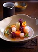 Fleisch-Bouillon mit Gemüseröllchen