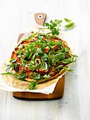 Pizza mit Tomaten, Zucchini und Kräutern