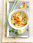 Asiatische Currysuppe mit Garnelen