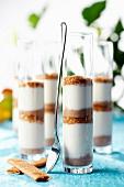 Cremejoghurt mit zerstossenem Gavotte-Gebäck und Haselnüssen