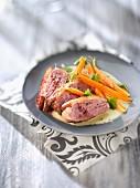 Gebratene Entenbrust mit gedämpften Karotten und weisser Sauce