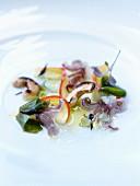 Salat mit Tintenfisch, Cashewnüssen, Wakame- und Hijiki-Algen