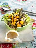 Salat mit Sobanudeln, Kürbis, Algen, Spargel und Erdnüssen