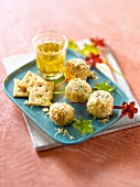 Spicy goat's cheese ball brochettes and Belin crackers
