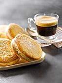 Sandplätzchen mit gesalzener Buttercremefüllung und ein Glas Espresso