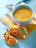 Gemüsesuppe und geröstetes Brot Aufstrich von getrockneten Tomaten