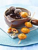 Schokoladenfondue und Spiess mit Erdbeer-Coqueline-Keksen