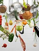 Hängende Küchenutensilien und Lebensmittel