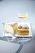Zwei Stücke Tropézienne (Hefekuchen mit Vanillecreme, Frankreich)