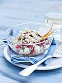 Salat mit Rundkornreis, eingelegten Tomaten und Käse