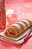 Biskuitroulade mit Marmeladenfüllung und Zuckerstreusel