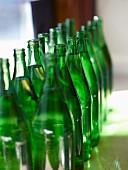 Zwei Reihen grüne Glasflaschen
